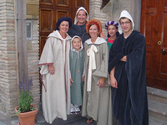 bevagna-gaite-in-costume-with-indiana-family