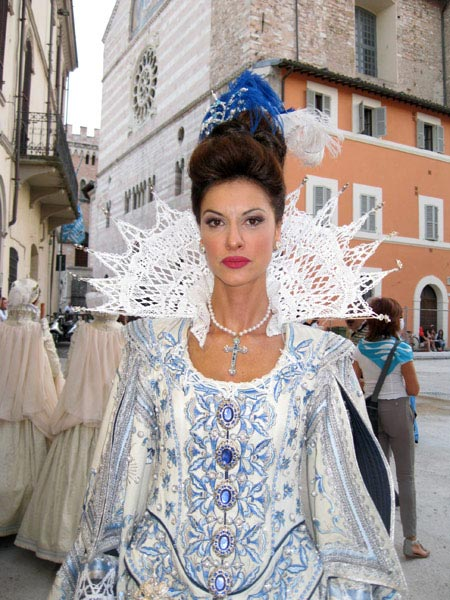 dama-in-bejeweled-splendor-blue-and-white