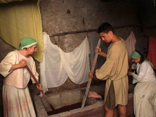 dyeing-cloth-in-the-middle-ages