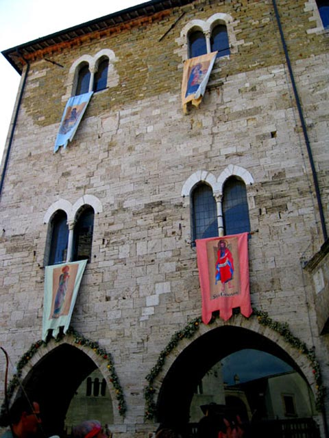 medieval-city-hall-with-4-gaite-banners-bevagna