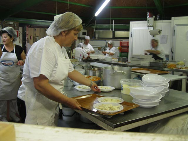 pasta-alla-norcina-preparation-in-the-sagra-kitchen