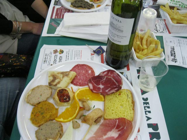 sagra-antipasto-and-vino-at-table