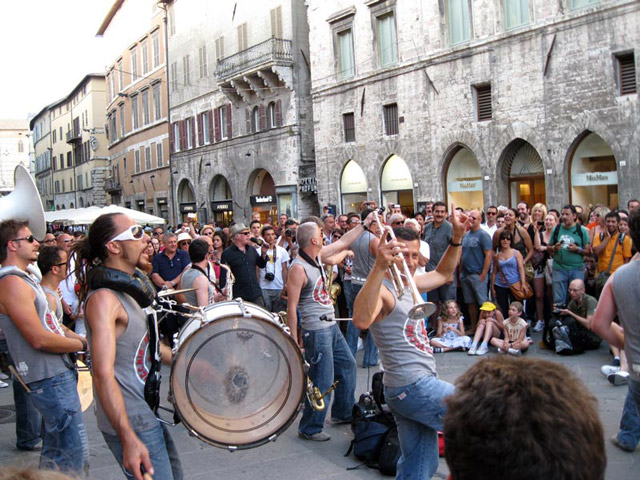 funk-off-rocks-through-the-streets-of-perugia