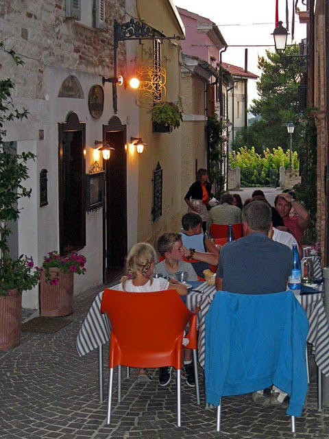 dinner-in-charming-sirolo-backstreets