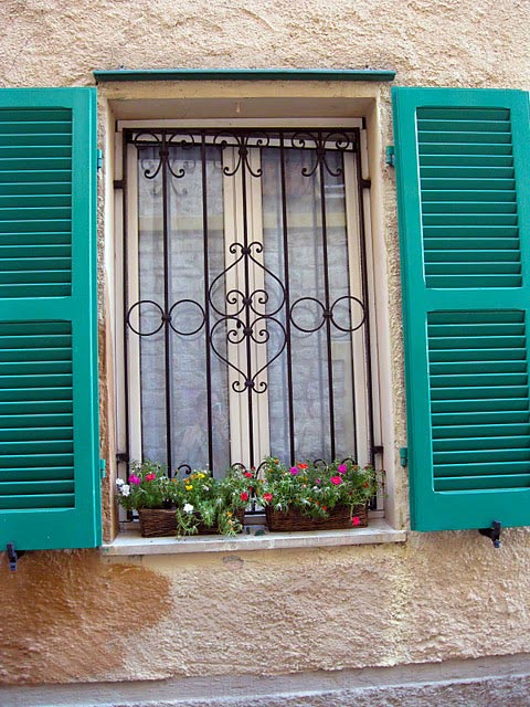 shutters-of-various-colors-on-sirolo-windows