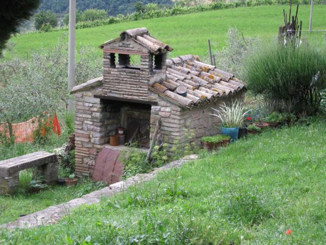 OUTDOOR-STONE-BREAD-OVEN-AT-PEPPAS