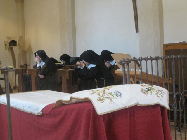 Cloistered-Poor-Clares-in-prayerful-wait-for-the-arrival-of-Cristo-Morto