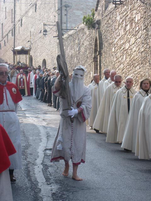 Cross-bearers-confraternity-members-preceed-funeral-bier-in-the-morning-procession-e1333188652229