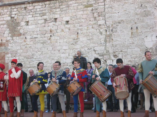 Gubbio-drummers-prepare-for-the-start-of-the-festivities
