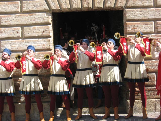 Gubbio-trumpeters-announce-the-start-of-ceremony