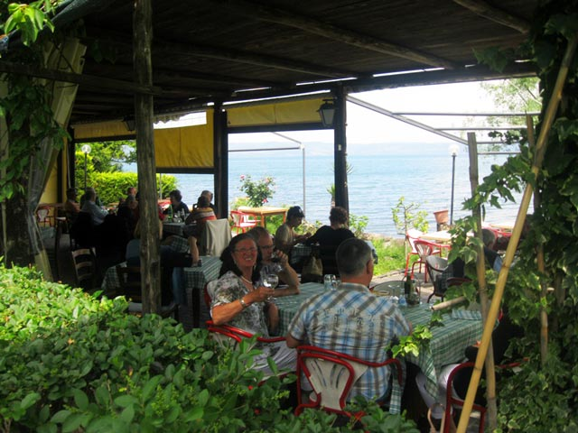 Guests-at-Il-Purgatorio-enjoy-lakeside-dining