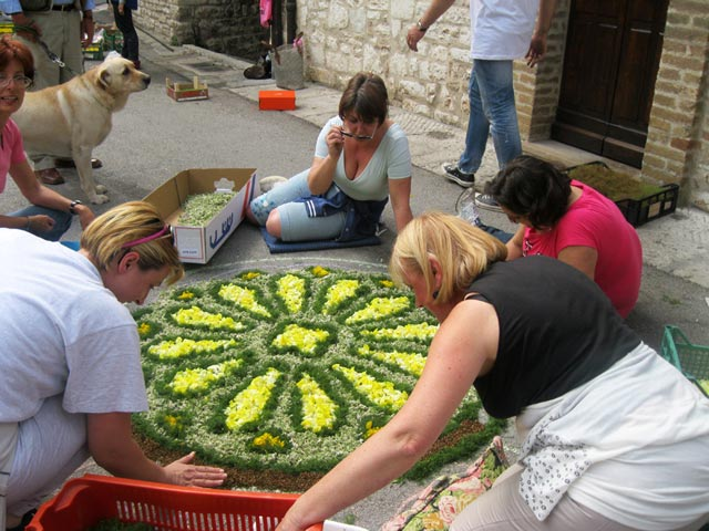 Assisi-women-working-on-the-Infiorate
