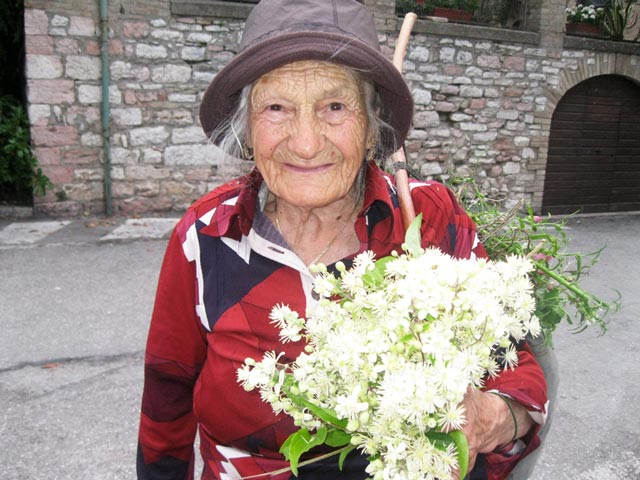 Gina-gathers-flowers-for-the-Infiorate