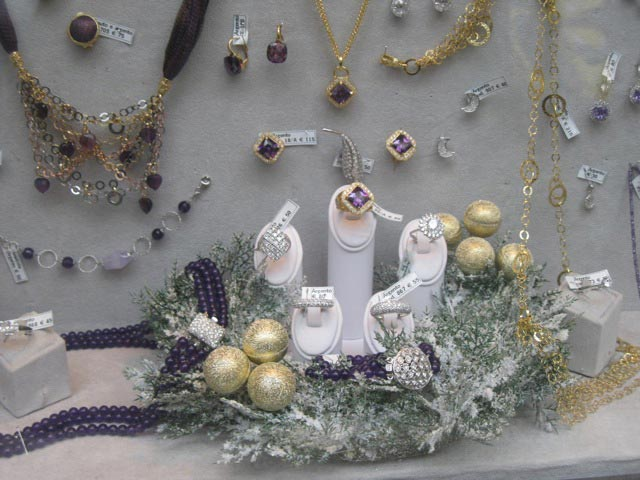 an-assisi-jewelers-simple-but-elegant-christmas-window
