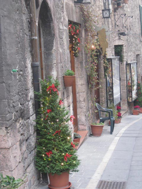 an-assisi-street-welcomes-christmas