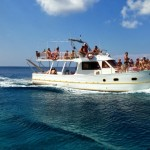 Boat trips around the island entice vacationers-1