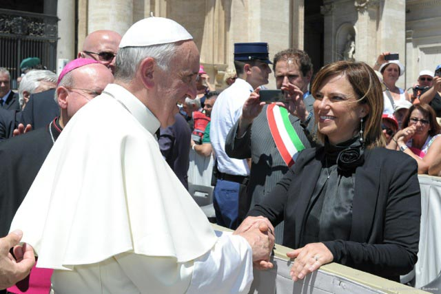Director-of-the-Istituto-Serafico-Francesca-meets-the-Pope-in-Rome-in-June1