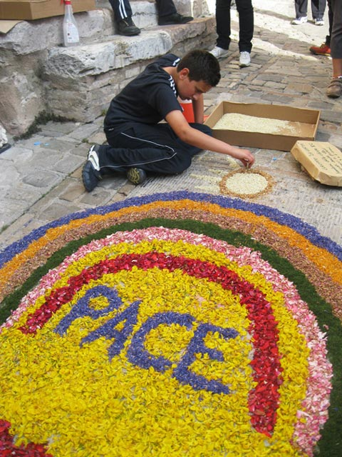 Spello-children-create-a-floral-carpet-1