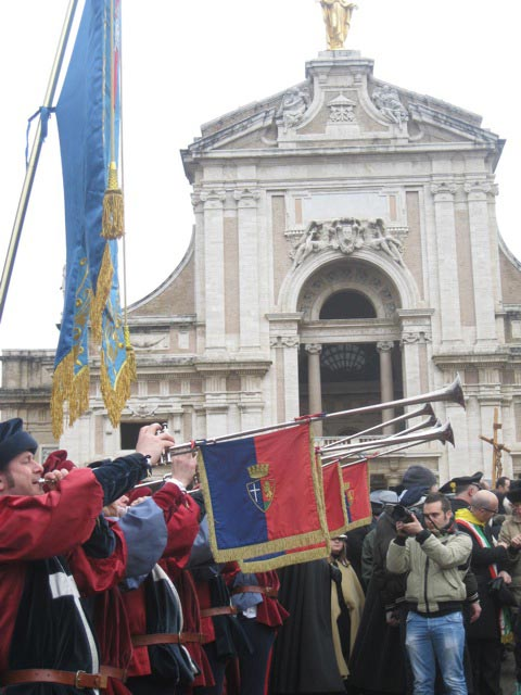 Assisi-trumpeters-announce-the-blessing