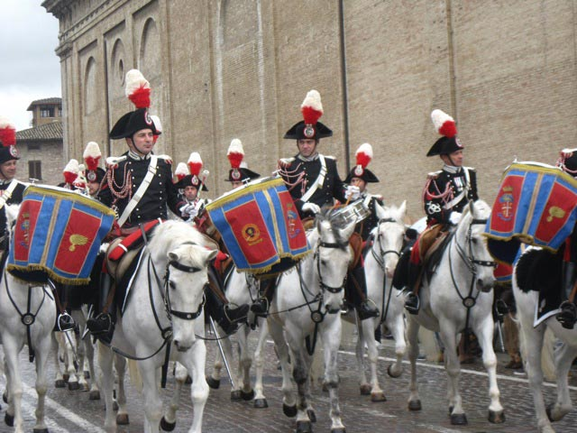 Carabinieri-band-on-horseback-in-procession