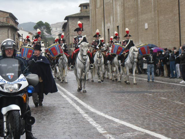 Carabinieri-form-an-honor-guard-as-procession-heads-out