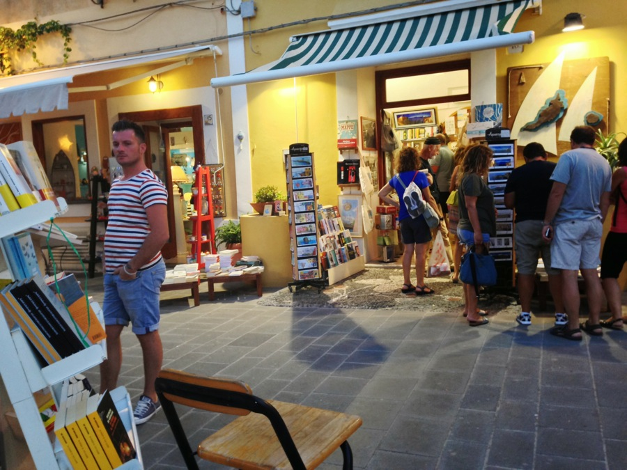 An evening outing at Ventotene: a stop at the bookshop