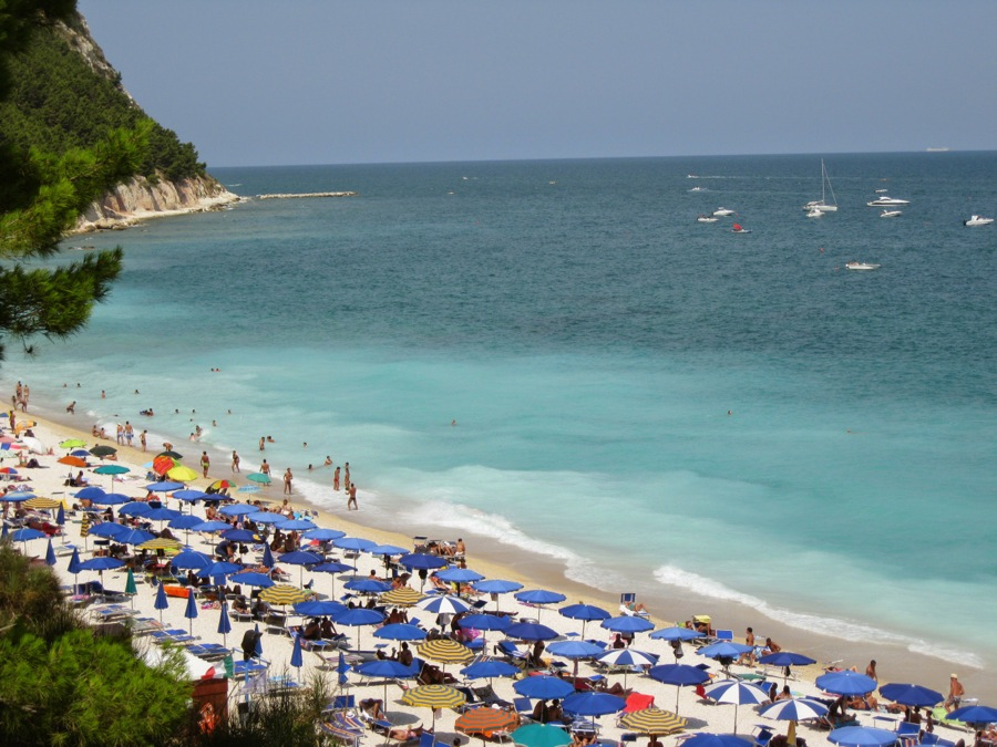Sirolo beach splendors attract the visitors