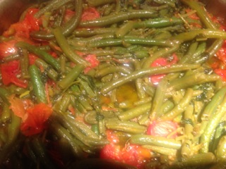 Green beans with cherry tomatoes, garlic and mint