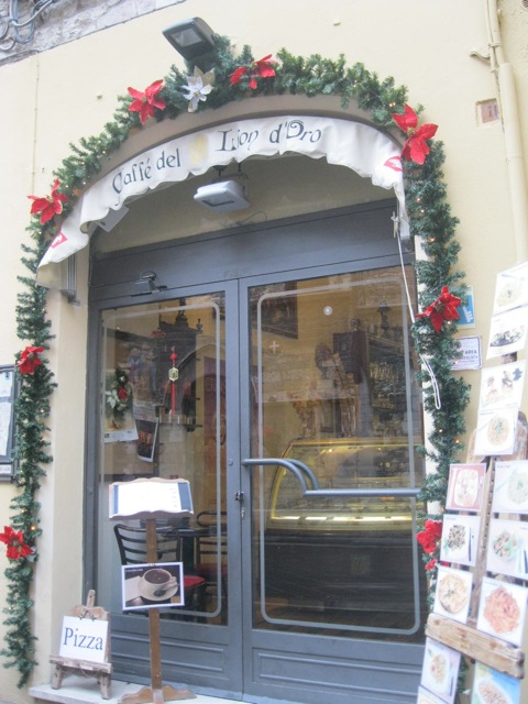 An Assisi cafe' in Christmas simplicity