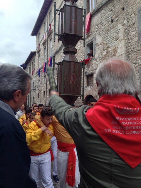 An older ceraiolo advises the Sant'Ubaldo mezzani,  ready for their run