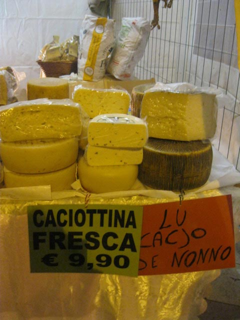 caciotta-for-sale-at-robertos-booth