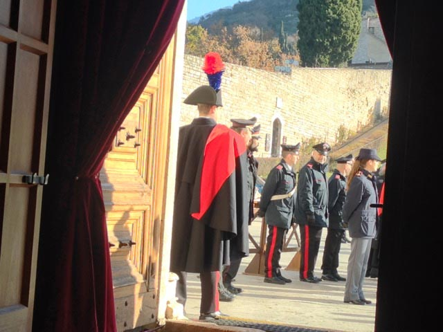 carabinieri-on-door
