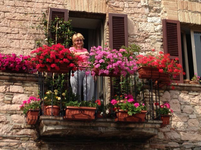 A-WOMAN-Flower-pride-in-Assisi