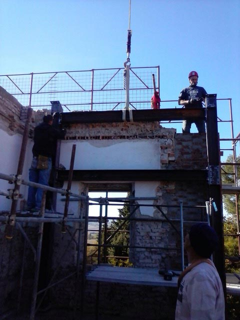 WORKERS-PUT-UP-ROOF-